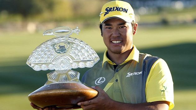 Japonec Hideki Macujama s trofejí za triumf při Phoenix Open ve Scottsdale.