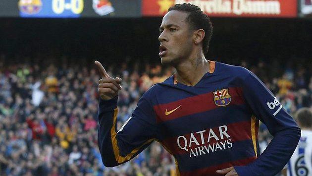 Útočník Barcelony Neymar oslavuje jeden ze svých gólů proti San Sebastianu.