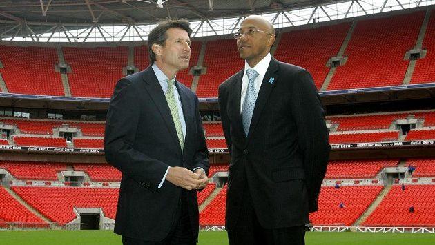 Bývalý namibijský atlet Frank Fredericks (vpravo) a šéf IAAF Sebastian Coe na londýnském Wembley.