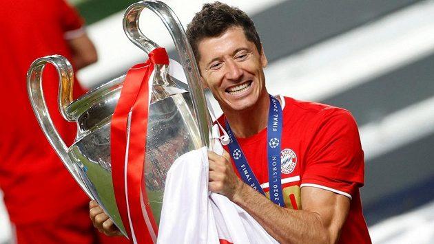 Robert Lewandowski s trofejí pro vítěze LM.