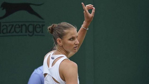 Karolíná Plíšková si žádá o jestřábí oko během osmifinálového utkání.