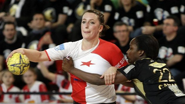 Lucie Satrapová z DHC Slavia Praha (v bílo-červeném). Ilustrační foto.