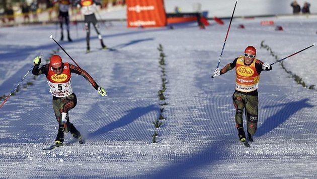 Vítězný Němec Johannes Rydzek (vlevo) a jeho krajan Eric Frenzel ve finiši při závodě v Seefeldu - ilustrační foto.
