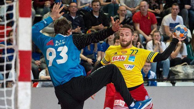 Házenkář Dukly Jakub Kastner v zápase Vyzývacího poháru proti Antverpám.