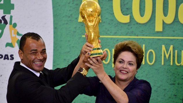 Cafú po boku brazilské prezidentky Dilmy Rousseffové s trofejí pro mistra světa.