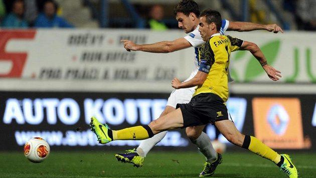Liberecký útočník Michael Rabušic střílí vedoucí gól během utkání Evropské ligy se Sevillou.