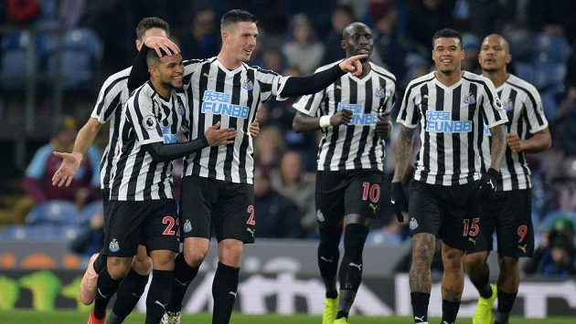 Fotbalisté Newcastlu se radují z branky