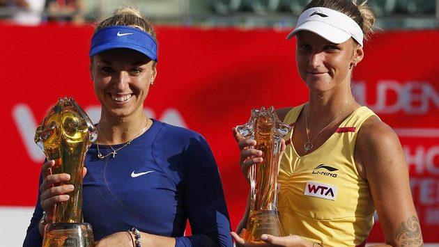 Vítězná Němka Sabine Lisická (vlevo) a Karolína Plíšková s trofejemi na turnaji v Hongkongu.