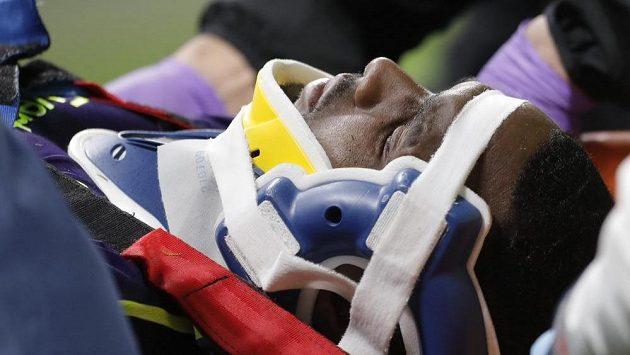 Cuco Martina z Evertonu po zranění v utkání s Lyonem.