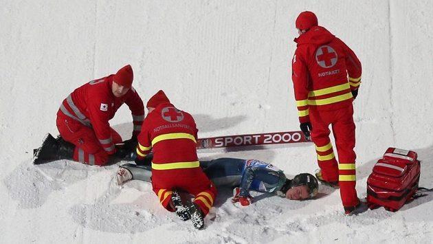 Americký skokan Nicholas Fairall po pádu v kvalifikaci v Bischofshofenu.