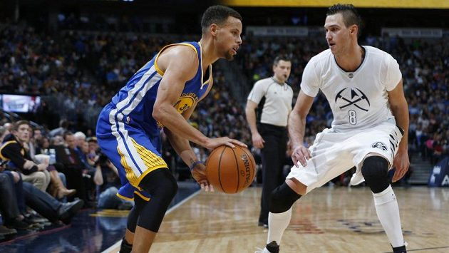 Stephen Curry z Golden State Warriors (vlevo) a Danilo Gallinari z Denveru.
