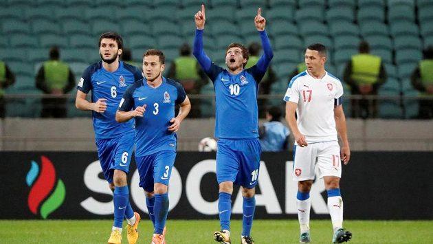 Ázerbájdžánci se radují, Afran Ismajlov (10) vyrovnal proti Česku z penalty. Vpravo Marek Suchý, dále jsou na snímku B. Gusejnov a (6) a Magomed Mirzabekov