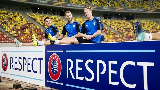 Plzeňští fotbalisté (zleva) Milan Petržela, Radim Řezník a David Limberský na předzápasovém tréninku v Bukurešti