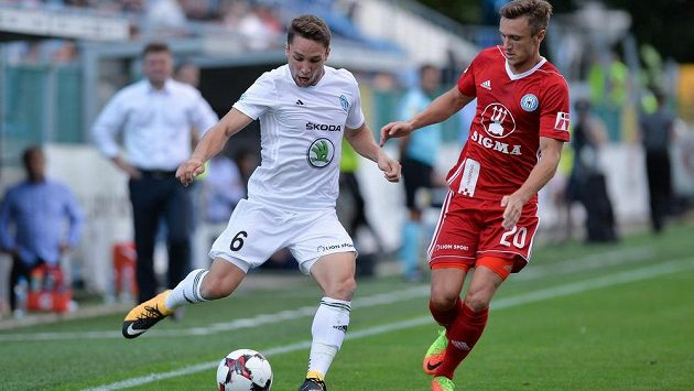 Mladoboleslavský Adam Jánoš se chystá odehrát míč před Šimonem Faltou ze Sigmy Olomouc.