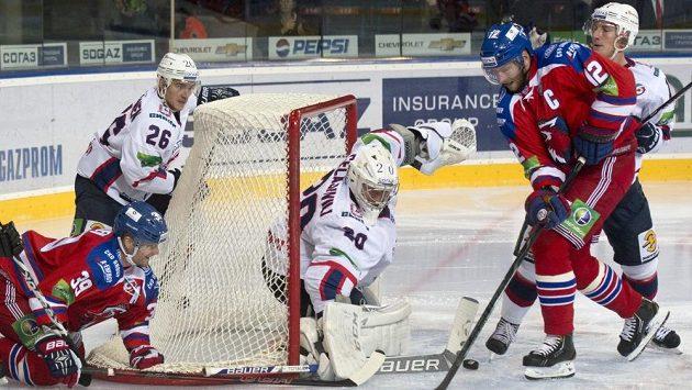 Niko Kapanen z HC Lev Praha (zleva), Jarkko Immonen, Georgij Gelašvili z Nižného Novgorodu a Jiří Novotný z HC Lev Praha v utkání KHL.
