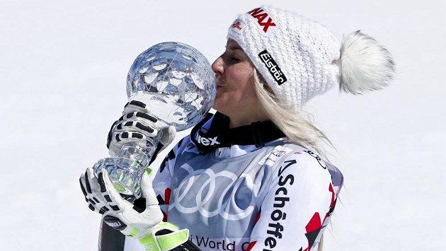 Rakušanka Eva-Maria Bremová s trofejí pro vítězku Světového poháru v obřím slalomu.