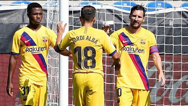 Lionel Messi z Barcelony oslavuje se spoluhráči svůj první gól na hřišti Alavésu.