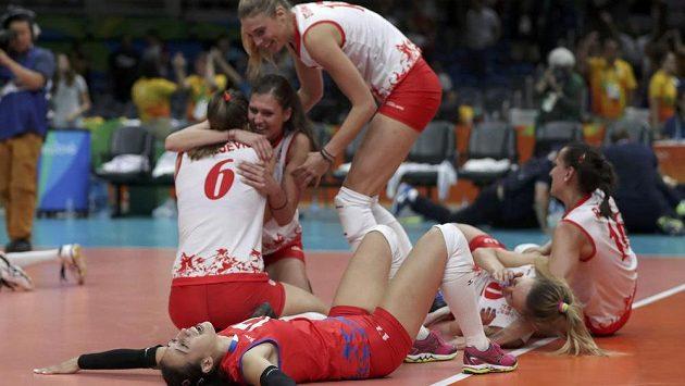 Radost srbských volejbalistek po semifinálové výhře nad USA.