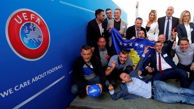 Novináři z Kosova oslavují přijetí do Evropské fotbalové unie UEFA.