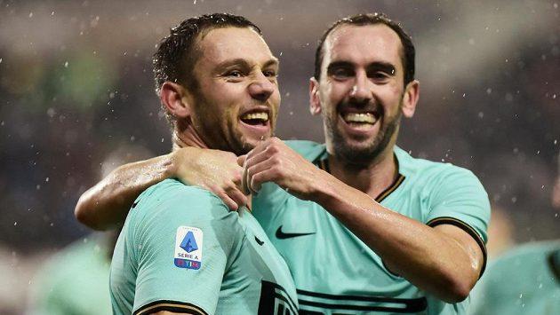 Radost v podání fotbalistů Interu Milán. Vstřelený gól slaví Stefan de Vrij a Diego Godín.