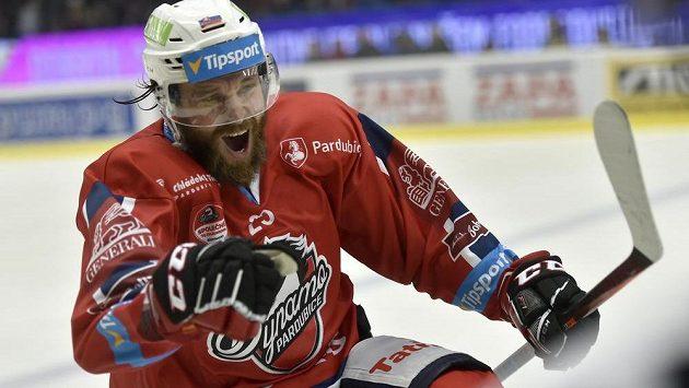 Pardubický Marek Hovorka jásá po vstřeleném gólu na ledě Kladna.