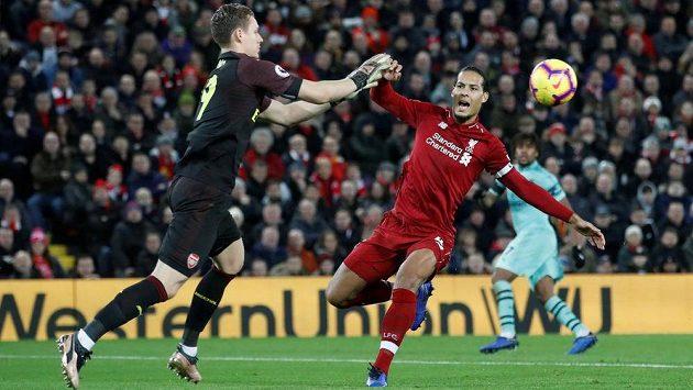V brance Arsenalu dostal přednost před Petrem Čechem Němec Bernd Leno. Během první půle dostal od Liverpoolu čtyři góly.