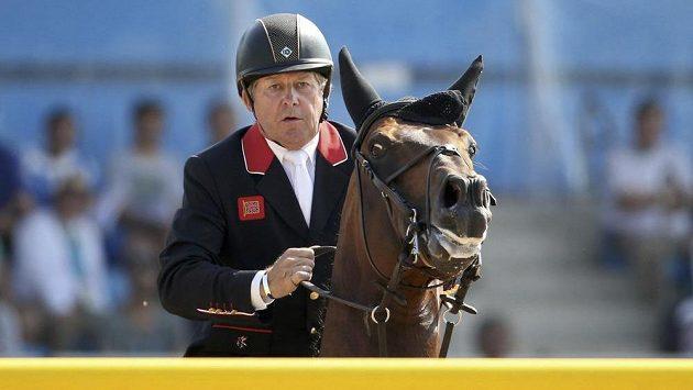 Brit Nick Skelton v sedle koně Big Star při parkúrové vítězné jízdě.