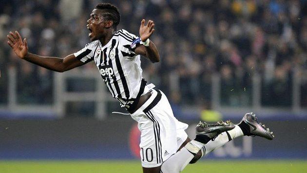 Vzduchem plachtí Paul Pogba z Juventusu.