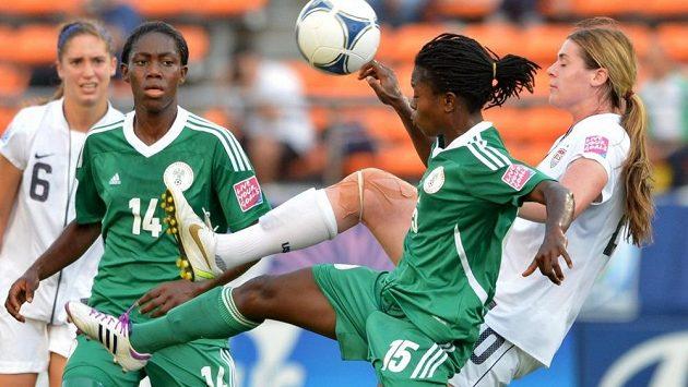 Nigerijské fotbalistky (v zelených dresech) v souboji s hráčky Spojených států amerických.