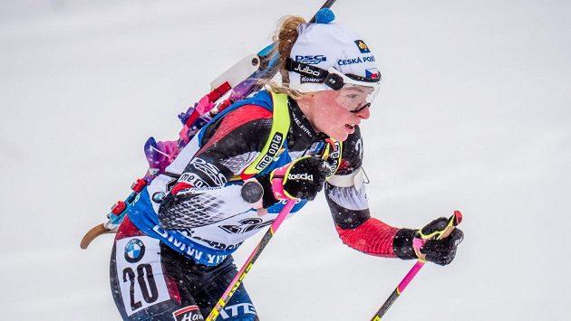 Markéta Davidová během hromadného závodu biatlonistek na MS v Östersundu