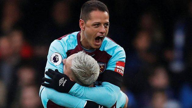 Střelec West Hamu Javier Hernandez slaví se svým spoluhráčem Marko Arnautovičem gól v síti Chelsea během londýnského derby.