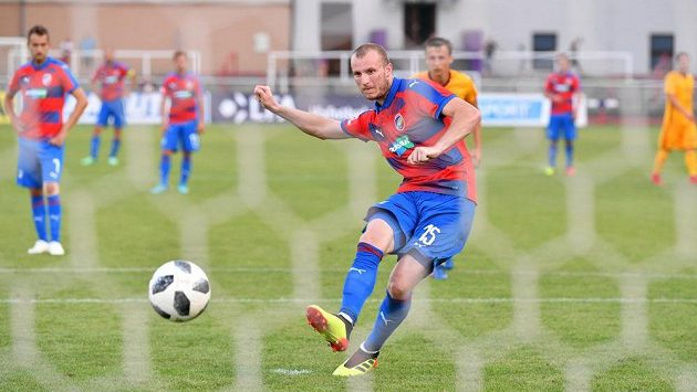 Plzeňský kanonýr Michael Krmenčík střílí na Julisce z penalty třetí gól hostů.