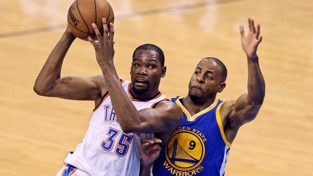 Kevin Durant (vlevo) bude od příští sezóny spoluhráčem Andreho Iguodalaa v Golden State.