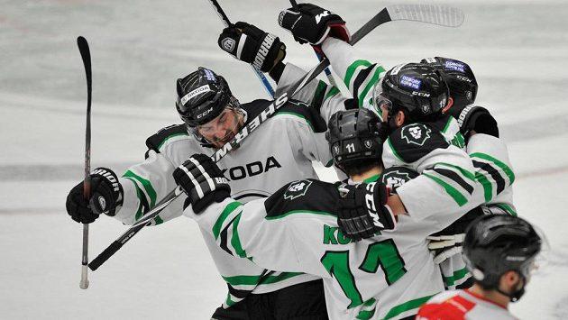 Mladoboleslavští hokejisté slaví gól proti Olomouci.