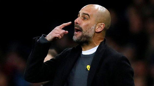 Trenér Manchesteru City Pep Guardiola se žlutou stužkou, kterou demonstruje podporu katalánským politikům.