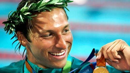 Australský plavec Ian Thorpe na archivním snímku po olympijském triumfu v závodu na 200 metrů volný způsob na hrách v Aténách.