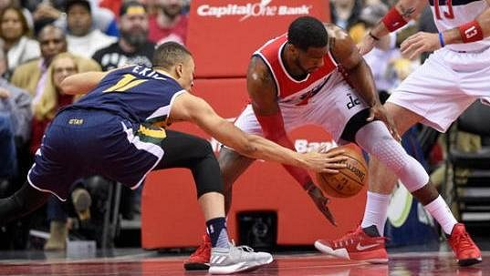 Dante Exum (11) z Utahu a John Wall z Washingtonu.
