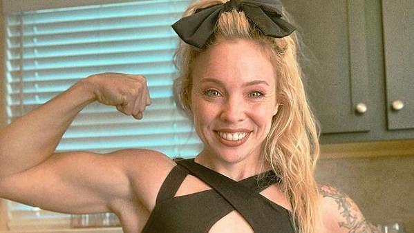 Americká powerlifterka Heather Connorová zvedla 200 kilo, přitom váží 46 kilo.