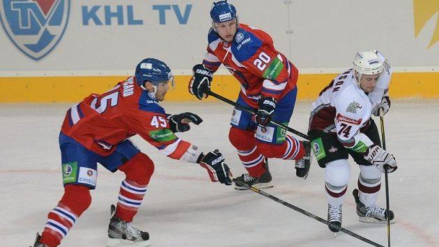 Utkání KHL Lev Praha - Dinamo Riga. Zleva Alexandre Picard a Petr Vrána, oba z Lev Praha, a Jamie Johnson z Dinama Riga.