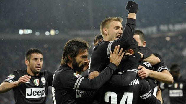 Hráči Juventusu se radují z gólu do sítě Boloňi. Uprostřed je útočník Nicklas Bendtner.