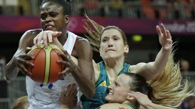 Francouzská basketbalistka Emilie Gomisová v tvrdém souboji s australskými soupeřkami