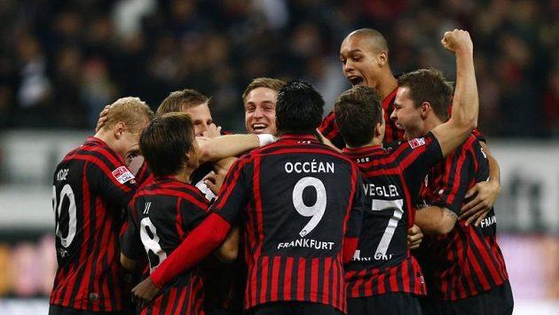 Fotbalisté Frankfurtu se radují z gólu proti Fürthu.