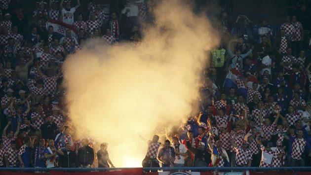 Chorvatští fanoušci bujaře oslavují gól svého týmu proti Irsku.