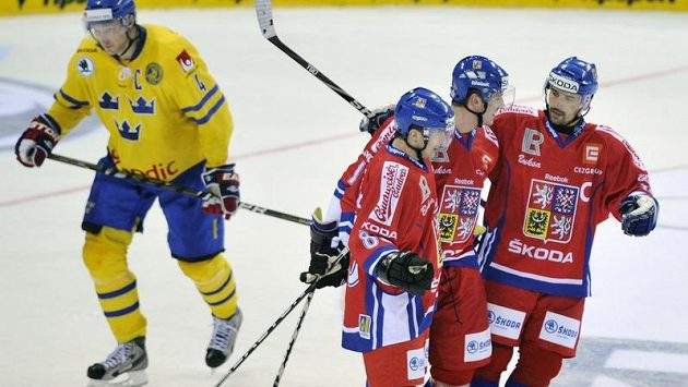 Čeští hráči (zleva) Jakub Petružálek, Jiří Tlustý a Tomáš Plekanec se radují z gólu.