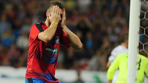 Michael Krmenčík z Plzně se drží za hlavu po neproměněné šanci.