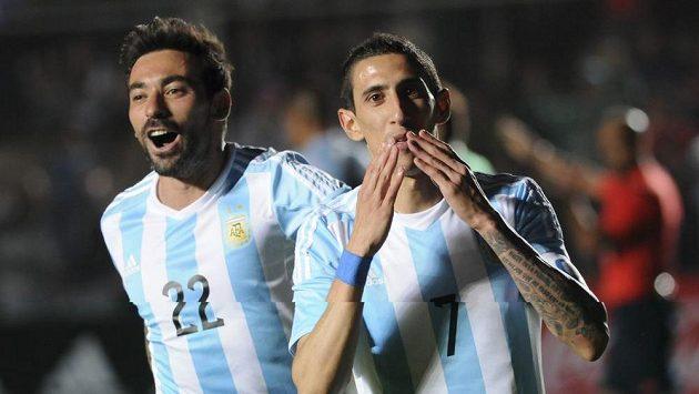 Argentinský fotbalista Di Maria (vpravo) se trefil a posílal fanouškům polibky.