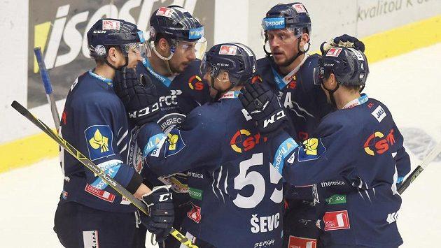 Liberečtí hokejisté se radují z gólu na ledě Třince v předehrávce 45. kola Tipsport extraligy.