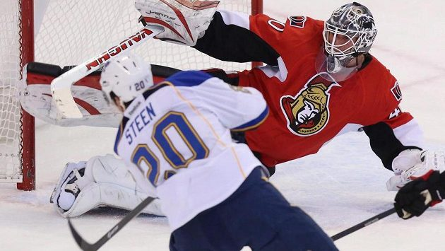Brankář Ottawy Senators Robin Lehner chytá střelu Alexandera Steena (20) ze St.Louis.