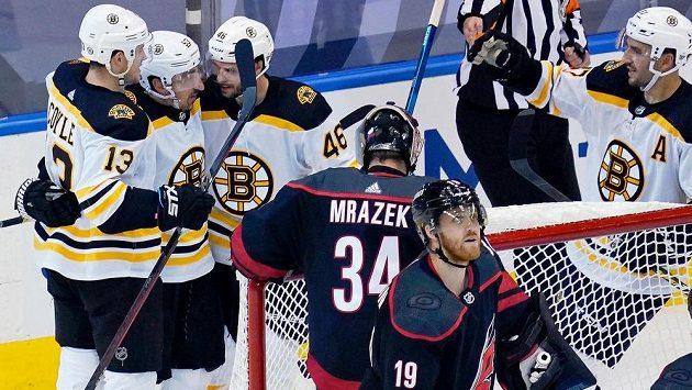 Radost v podání hokejistů Bostonu Bruins po vstřelené brance. Tu oslavují Charlie Coyle (vlevo), Brad Marchand (uprostřed) a David Krejčí (46). Vše sleduje překonaný brankář Caroliny Petr Mrázek.