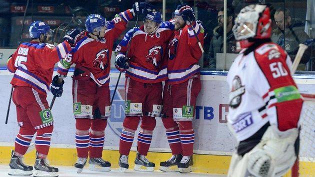 Hráči Lva se radují z třetího gólu. Vpravo brankář Doněcku Ján Laco.